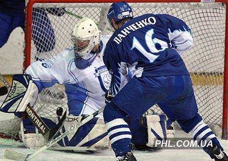 Игровой момент матча чемпионата Беларуси по хоккею меду хоккейными клубами Витебск. Фото: http://phl.com.ua