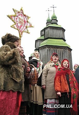 Участники фольклорного ансамбля поют песни в Музее народной архитектуры и быта в Пирогово в день празднования одного из самых больших христианских праздников Рождества Христова 7 января 2007 г.  Фото: http://phl.com.ua