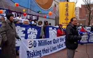 Чэнь Ду, президент Ассоциации друзей Гонконга и Макау, выступает на митинге, посвященном выходу из КПК 30 миллионов человек. Фото: minghui.ca