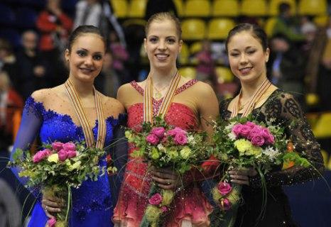 Слева направо: Сара Майер (Швейцария), Каролина Костнер (Италия), Лаура Леписто (Финляндия). Фото: MLADEN ANTONOV/AFP/Getty Images