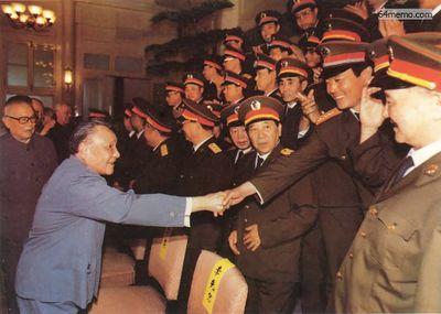 8 июня 1989 г. Дэн Сяопин благодарит начальников воинских подразделений, участвовавших в кровавом подавлении, за успешно проделанную работу. Фото с 64memo.com