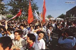 4 мая 1989 г. Студенты, прорвавшие полицейские заслоны, радостно ликуют. Фото с 64memo.com