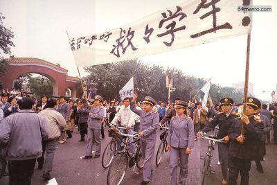 18 мая 1989 г. Надпись на плакате «Судейские чиновники призывают спасти студентов». Длительная голодовка студентов тронула сердца многих людей, даже судейские чиновники вышли поддержать их. Фото с 64memo.com