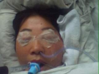 Г-жа Сяо Сунмин после пыток была доставлена в больницу и до сих пор находится под кислородной маской. Фото с epochtimes.com
