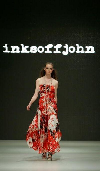 Коллекция одежды сезона весна-лето 2008/2009 от дизайнера Inksoffjohn. Фото: Sergio Dionisio/Getty Images