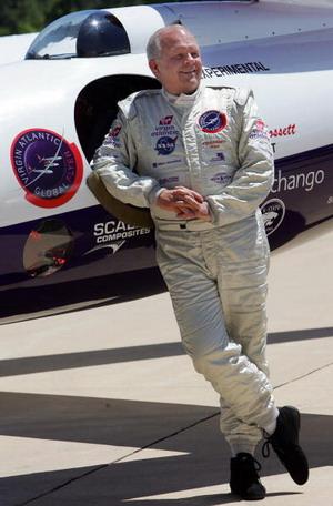 Cтив Фоссет 23 мая 2006 у своего самолета в штате Вирджиния. Фото: JIM WATSON/AFP/Getty Images