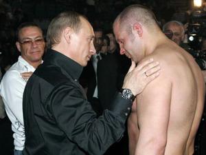 Санкт-Петербург. 14 апреля 2007 г. Владимир Путин говорит с Федором Емельяненко. Фото: VLADIMIR RODIONOV/AFP/Getty Images