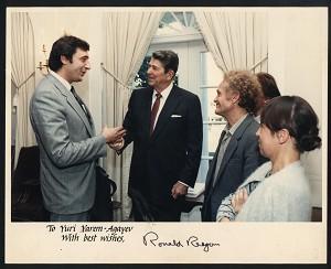 Юрий Ярым-Агаев (слева) разговаривает с Президентом США Рональдом Рейганом в Белом Доме 7 октября 1986 года. Фото любезно предоставлено Ю. Ярым-Агаевым