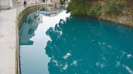 В течение полчаса вода в реке Пэнченхэ стала синей и зловонной от выброса в неё химических отходов. Фото: Великая Эпоха