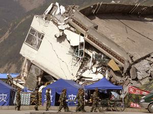 Разрушение, крушение, обломки: последствия землетрясения в Сычуане и символы правления коммунистического режима. Фото: Liu Jin /AFP /Getty Images