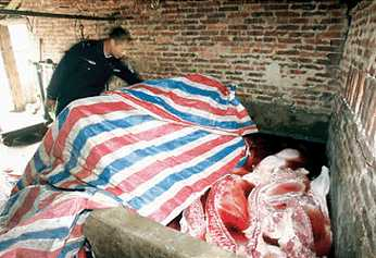 Мясо умерших от болезней свиней, приготовленное для продажи. Фото с epochtimes.com