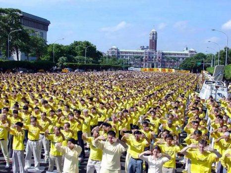 15 ноября 2003 г. около 10 тыс. тайваньских последователей Фалуньгун выполняют упражнения напротив резиденции президента в г.Тайбэй, а также призывают привлечь к суду бывшего лидера КПК Цзянь Цзэминя, который начал репрессии