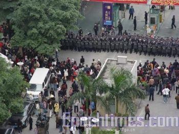 Свыше 1000 полицейских были мобилизованы для того, чтобы разогнать протесты местных жителей против строительства трансформаторной станции Цзюньцзин в районе Тяньхэ, г. Гуанчжоу, провинция Гуандун, 30 декабря 2008 г. Фото: Великая Эпоха