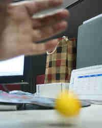 Желток вареного искусственного яйца прыгает, как теннисный шарик