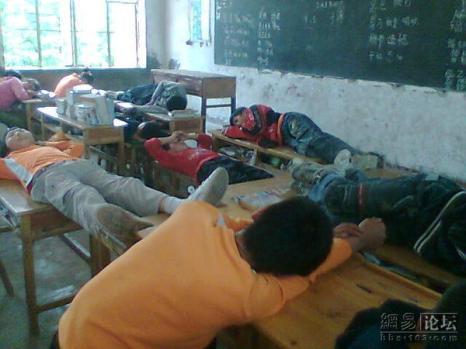 Ученики спят во время полуденного перерыва в одной из сельских китайских школ. Фото: Великая Эпоха