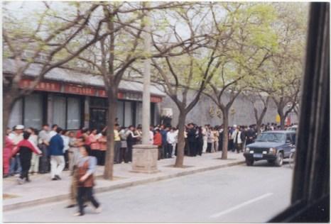 25 апреля 1999 г. более 10 тыс. последователей Фалуньгун приехали в Пекин, чтобы апеллировать к правительству. Фото с epochtimes.com