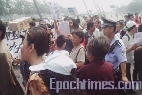 Массовая народная акция в Шанхае по случаю приезда американской делегации. Фото: The Epoch Times