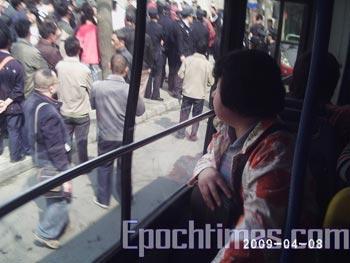 Апеллянты возле западных ворот пекинского университета выражают своё негодование профессору   Сунь Дундуну по поводу его заявления. Фото: The Epoch Times
