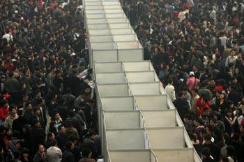 Безработные на ярмарке труда в городе Сиань провинции Шэньси. 1 марта 2009 год. Фото: Getty Images