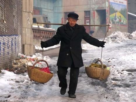 Возвращается с базара. Провинция Хэнань. Фото: Zhenda