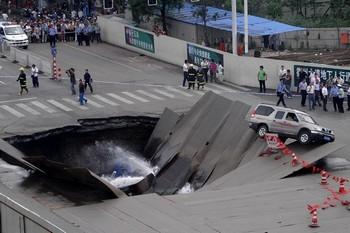 Провалился участок дороги. Город Хэфэй провинции Аньхой. 8 августа 2009 год. Фото с epochtimes.com