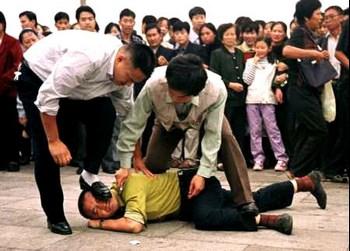Китайские полицейские агенты арестовывают последователя Фалуньгун. Фото: Великая Эпоха.