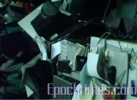 Рабочие фабрики разбили окна, оборудование и мебель в офисе фабрики. Фото: Великая Эпоха.