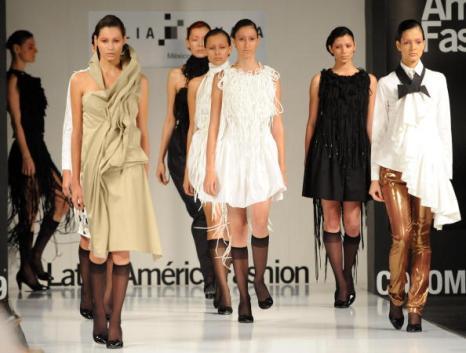 Женская коллекция от мексиканских дизайнеров Julia и Renata/ RAUL ARBOLEDA/AFP/Getty Images