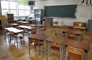 Власти южных префектур решили на неделю закрыть все местные школы, детские сады и кинотеатры. Вспышки заболевания зафиксированы в префектурах Хиого и Осака, большинство заболевших – школьники. Фото: KAZUHIRO NOGI/AFP/Getty Images