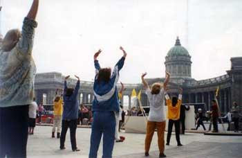 Последоваетли Фалуньгун выполняют упражнения. Фото: faluninfo.ru