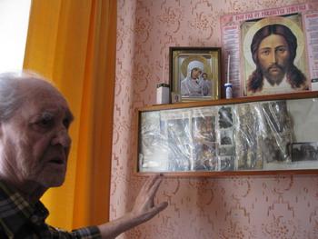 Копылов М.Т. рассказывает о своем уголке для души. Фото: Николай Ошкай/Великая Эпоха