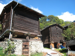 Мунд (в переводе «рот») - это типичная валисская деревня, с необычными деревянными домами. Фото Elke Backert