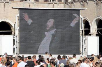 Архивные съемки выступающего Лучано Паваротти, которые были продемонстрированы перед его похоронами 8 сентября 2007 г. 11 и 12 октября прошёл большой концерт в память о нём в древнем живописном городе Петра в Иордании. Фото: Franco Origlia /Getty Images