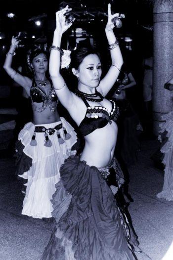 Танцовщицы используют мини-кастаньеты на пальцах, которыми они периодически щёлкают во время танца. Фото: Ник Рострон /Велкая Эпоха