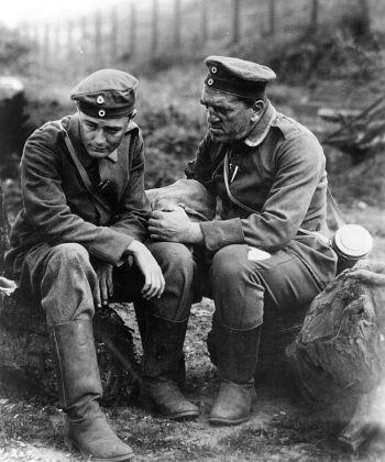 Лью Айрес (слева) и Луи Уолхейм в фильме «На западном фронте без перемен» Льюиса Милестоуна (1930). Фото: Universal Pictures /Photofest