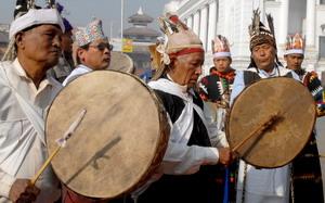 Члены местного сообщества Непала племени Гурунги играют на традиционных барабанах, празднуя Новый год или Лхосар в Катманду. Люди племени Гурунги живут высоко в предгорьях Гималаев в северо-западном Непале. Фото: PRAKASH MATHEMA/AFP/Getty Images