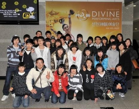 Участники оркестра со своим руководителем Чи Инчжи приехали посмотреть шоу DPA