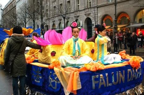 Шествие и митинг последователей Фалуньгун. Берлин. Фото: Ирина ОШИРОВА/Великая Эпоха