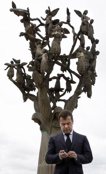 Дмитрий Медведев у мемориала жертвам таргедии Беслана. Фото: DMITRY ASTAKHOV/AFP/Getty Images