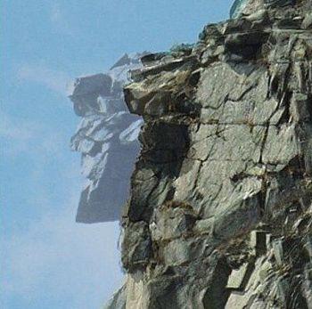 Старик: «каменный портрет» в Нью-Хэмпшире обвалился в 2003 г. На этом фото видно, как раньше выглядел благородный профиль.  Фото: Rob Gallagher/Public Domain