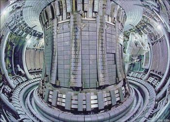 Представление тороидальной магнитной камеры (Токамак) Объединенного европейского Торуса Joint European Torus (JET) в Центре Науки Кульгам (Culham). JET - самое большое устройство сплава в мире, смогло выдержать 16 мегаватт энергии в течение одной секунды в 1997 году. Фото: AFP/Getty Images