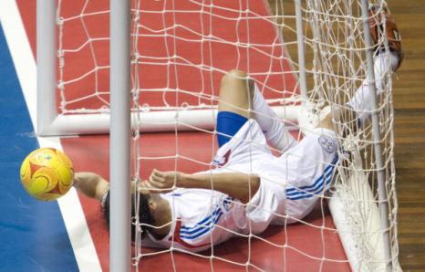 На проходящем в Бразилии чемпионате мира по футзалу завершен турнир первого раунда в двух группах. Фото: ANTONIO SCORZA/AFP/Getty Images