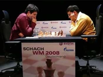 Владимир Крамник (слева) и Вишванатан Ананд. Фото с сайта chessbase.com