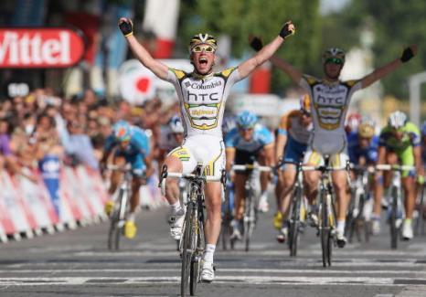 Британский велогонщик Марк Кавендиш из команды Team Columbia-HTC первым пересекает финишную черту на двадцать первом этапе Тур де Франс. Фото: Bryn Lennon /Getty Images