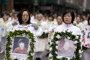Демонстрация в Нью-Йорке, посвященная памяти замученных до смерти практикующих Фалуньгун, 9 апреля 2007 года. Фото: Джефф Ненарелли /Epoch Times