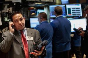 Нью-Йоркские трейдеры по итогам закрытия торгов на Нью-Йоркской товарной бирже  отметили сильное падение цен на нефть. Фото: Chris Hondros/Getty Images