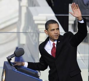 На церемонии инаугурации избранный президент США Барак Обама торжественно принес клятву на Библии, на которой полтора столетия назад присягал Авраам Линкольн. Фото: TIMOTHY A. CLARY/AFP/Getty Images
