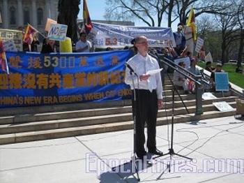 Житель Мэдисона Тим Гебхарт выступает на митинге в Мэдисон. Фото: Великая Эпоха
