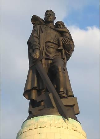 Статуя советского Воина-Освободителя в Трептов парке, Берлин. Фото с museum.museum.ru