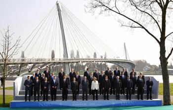 Главы государств-членов НАТО проводят сегодня переговоры во французском Страсбурге в рамках второго дня саммита организации. Фото: MICHAEL URBAN/AFP/Getty Images